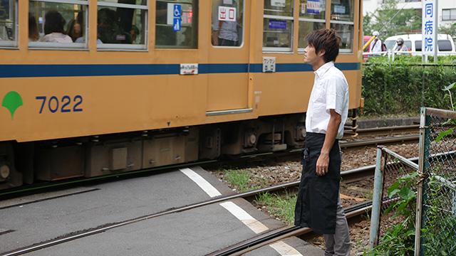 写真7 何かが流れる風景が近いのかもしれない。線路を見てもらったのがこちらである。「電車が好きなんだろうなと思った」「電車が好きなカフェ店員」「陽気につられて出てきてしまった感」路面電車の珍しさに印象が引っ張られたようだ