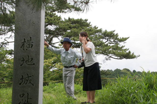 あっちはね~、粟ヶ岳(近隣で有名な山)が見えるよ~。曇ってて見えないけど!の図