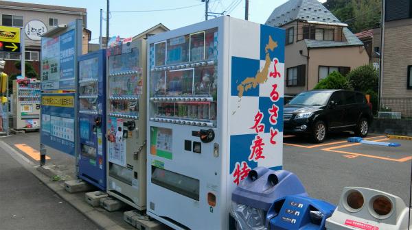 道なりに進むと現れる。「ふるさと名産特」まで見えている自動販売機。