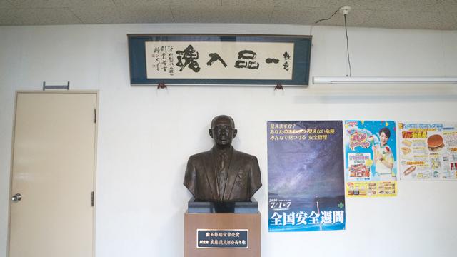 社屋入り口の胸像こそ創業者の武藤茂太郎氏(訪ね先の会社で胸像を見るのが趣味です)