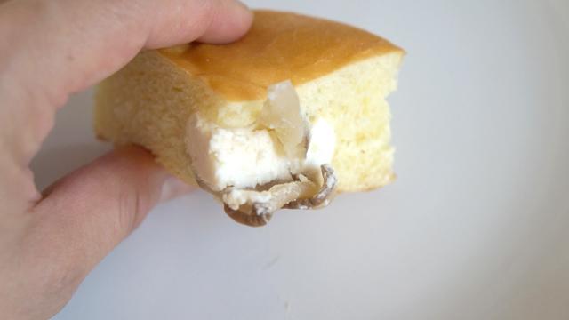 いぶりがっこがパンの中に2枚入っている。本気だ
