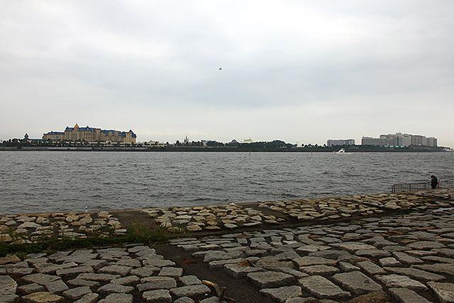 川の向こうにディズニーリゾートが広がる。