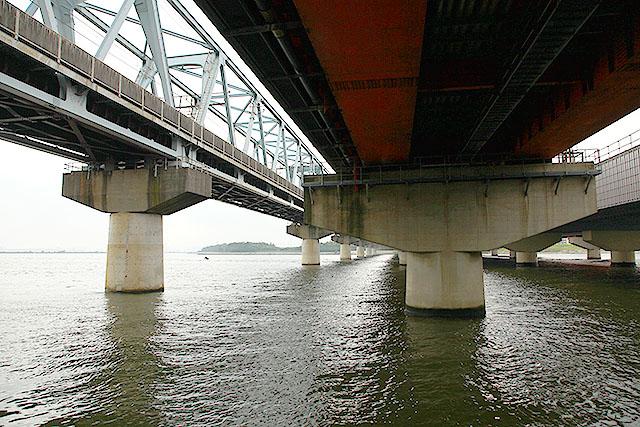 僕は建造物の中では橋が好きだが、橋の裏側が特に好きだ。橋の裏側見放題である。素晴らしい。