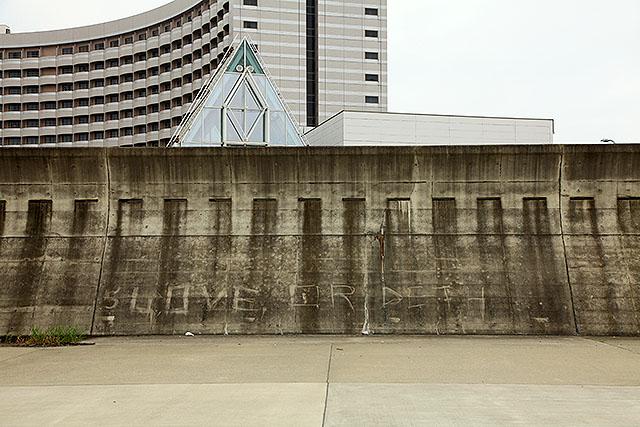 防波堤に『LOVE OR DETH』って書かれていたが、『DEATH』の間違いだろうか。