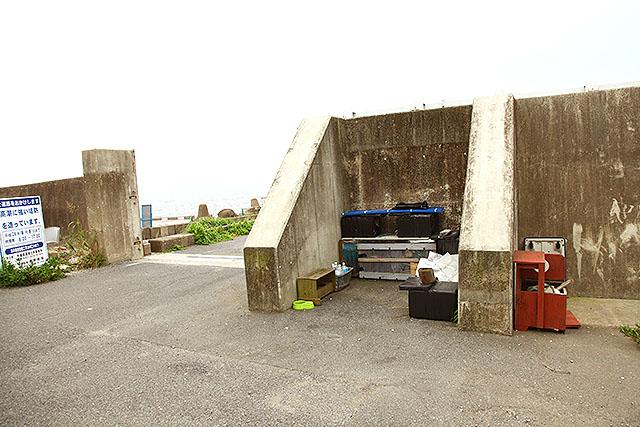 防潮堤の内側に猫の居住スペースが作られていた。