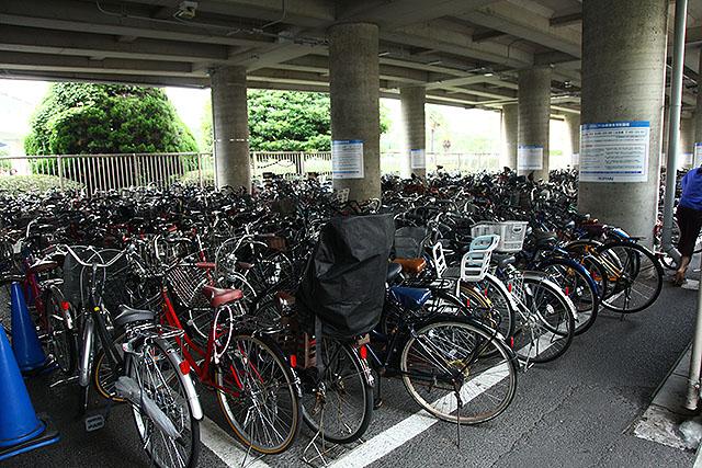 イクスピアリという商業施設の駐輪場だが、どう考えてもいつも台数が多すぎる。