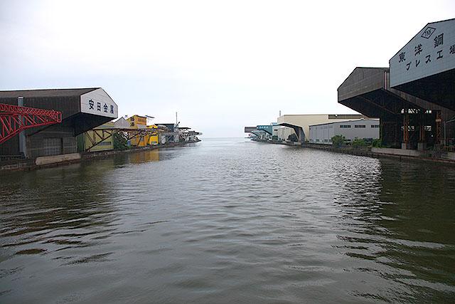 船の荷揚げをする場所。屋根付きである。