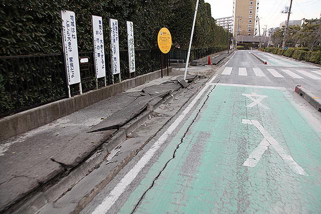 2011年3月の写真。新浦安はかなり広い範囲で道路が壊れていた。
