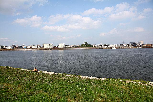 旧江戸川の上流で、千葉側を見た写真左下に裸族がいる。