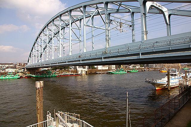 東京メトロ東西線の鉄橋。地下鉄だけどこの辺は地上を走っている。