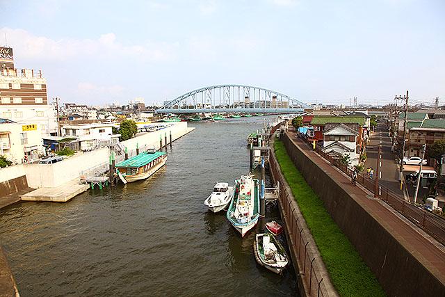 右側は東京。左の白い島は『妙見島』という島。