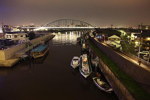 同じ場所で夜。鉄橋を東西線が渡る。