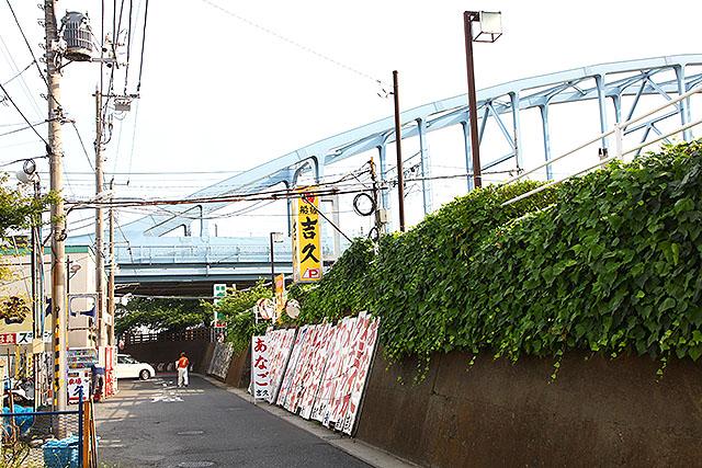 旧江戸川の横には釣船屋さんが多い。