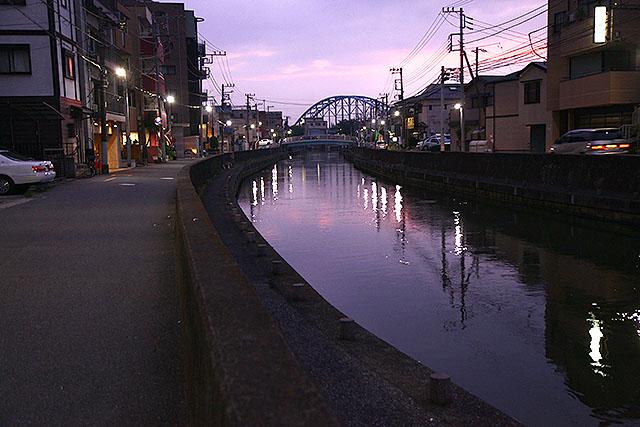 上の写真と同じ場所で、夕方に撮影。