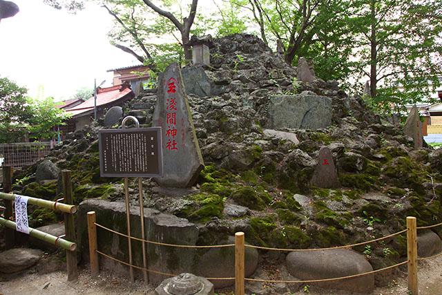 清瀧神社には立派な富士塚がある。