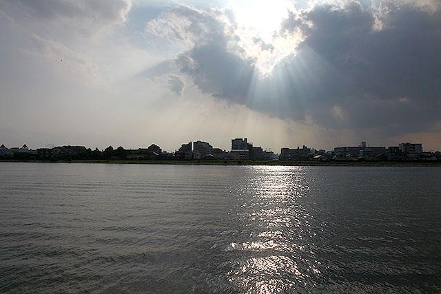 川っぺりで東京側を見たらやけに神々しかった。あの光、天使のハシゴとか薄明光線って言うらしい。