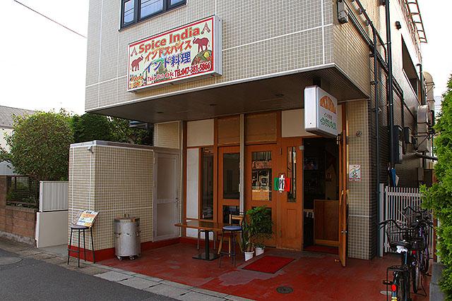 以前住んでいた場所の近くに出来てたインド料理店。元はカフェだったのだが、居抜きでカレー屋さんになっていた。