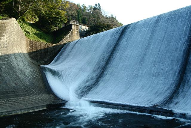 白水ダムの放流