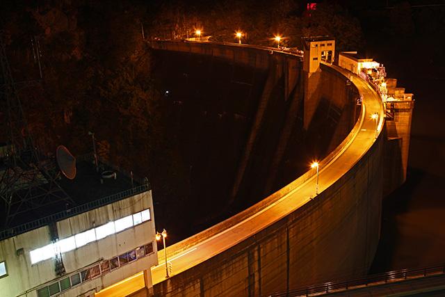 ナトリウムランプに照らされる二瀬ダム、夜の蝶