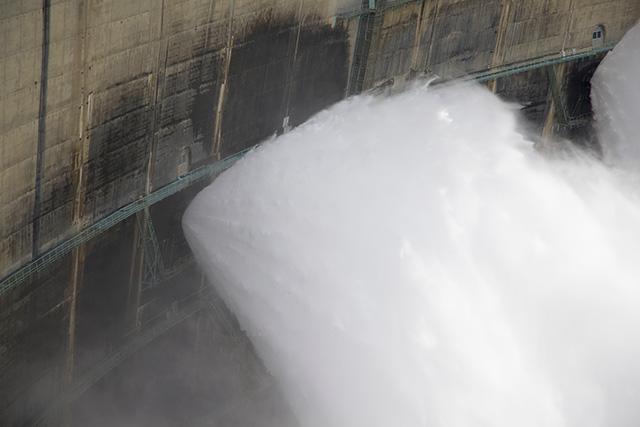 管全体から円錐状に水が飛び出る