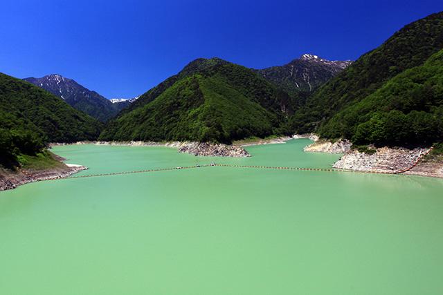 水着グラビアを想起させる大町ダムのダム湖