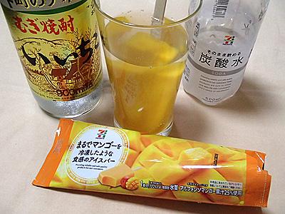 日本酒とは全然関係ないですが、焼酎をソーダで割ってセブンイレブンで売っている「まるでマンゴーを冷凍したような食感のアイスバー」を突っ込んで飲んだらおいしかったです。アイス割。