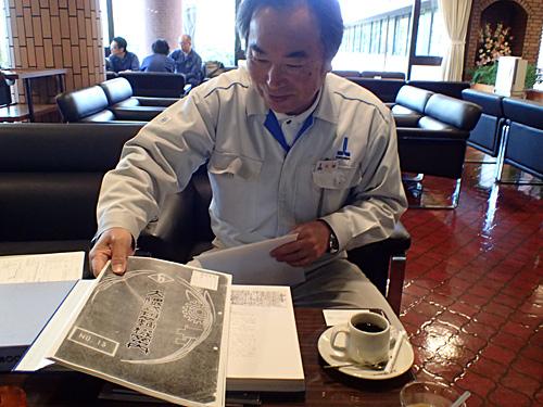 貴重な資料を用意して待っていてくれた石塚さん。ちなみにここは喫茶店ではなく、社内にある打ち合わせスペース。