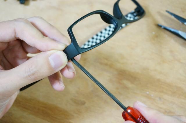 レンズフレームとツル(耳かけ)部分を分離
