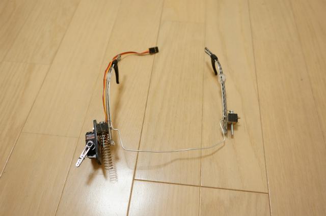しっかり固定できるように耳かけにホルダーをつけ、さらに正面側に針金で予備フレームを作った。