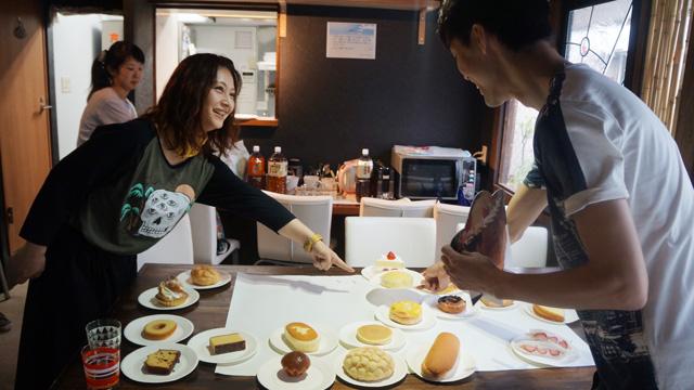 それに対してライターのべつやくさんは、その柔らかさから蒸しパンはかなりケーキに近いと主張。