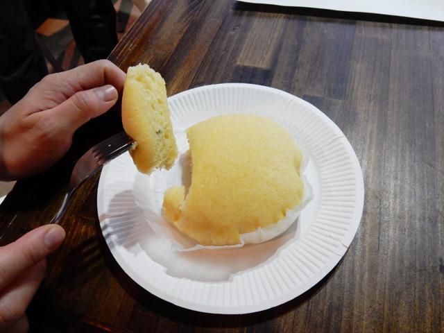 確かに手づかみでなくフォークで食べたらかなりケーキ。目隠しされながら切って食べたら分からないかもしれない。