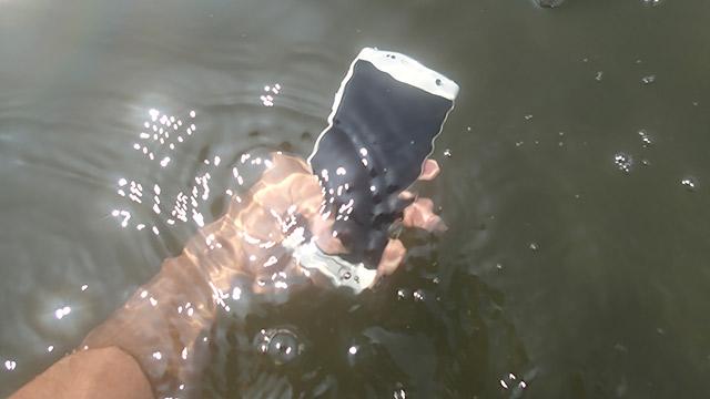 一般的にスマホは水に弱いのです!