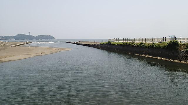 向かって左の岸から、川を挟んだ右岸へスマホを濡らさずに届ける