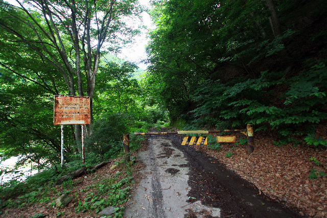 温泉宿のすぐ先でゲートが閉まっている
