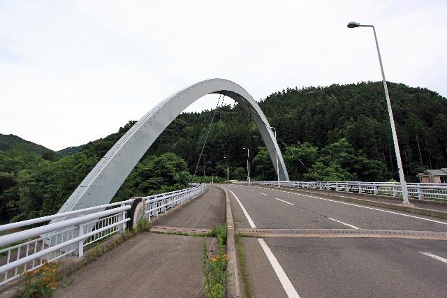 こんなオシャレ橋も出迎えてくれる
