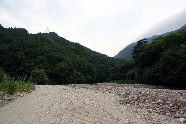 白い砂と石が積もった広い河原に出た