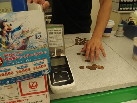 37枚の10円玉を数える店員さん。