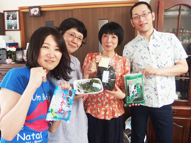 左から2位のハタさん、デイリーライター高瀬克子さん、優勝者のマリ絵さん(なんと7種類のワカメを持参)。そして4位の瀬川さん。