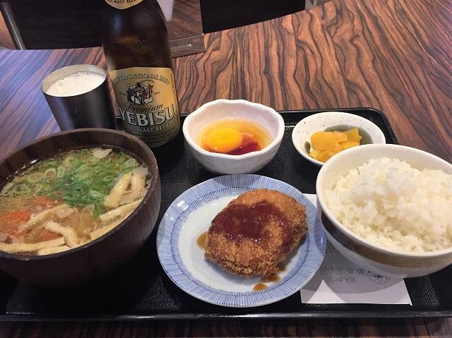 豚汁、コロッケ、漬物、卵かけごはん、瓶ビールまでついた完璧定食。これで950円