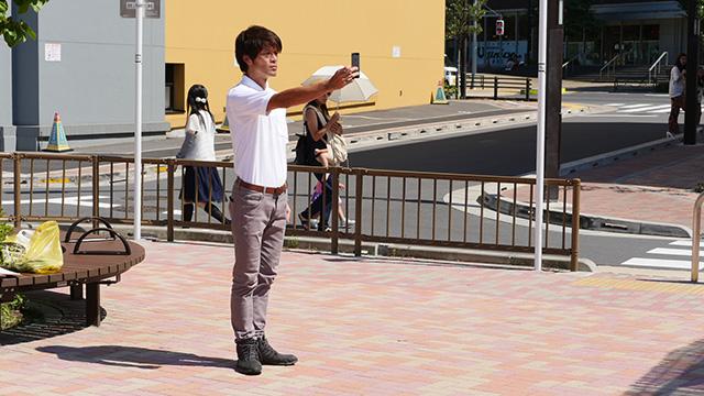 写真20(スマートフォンを見ている-直線的な身体で) 「カメラを使っているのではないか」「カメラでないとしたら相当なまじめさを感じる」