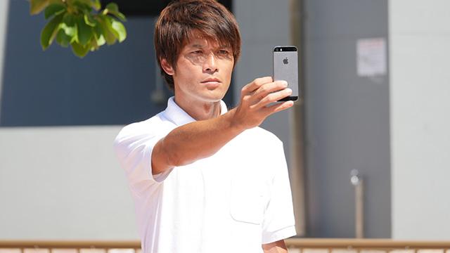 写真21(スマートフォンを見ている-直線的な身体で) 「こう言ってはなんだがやはりバカなんじゃないだろうか」