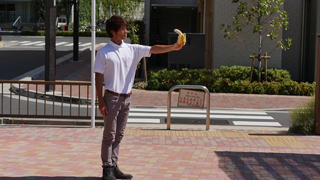 写真24(バナナを持つ-直線的な身体で) 「騎士のそれである」「爵位を与えたい」「大きな自信と知性の低さを感じる」