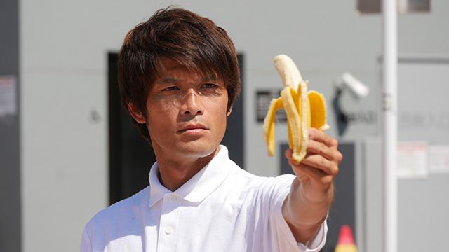 写真25(バナナを持つ-直線的な身体で) 「バナナへの過剰な信頼を感じる」「坂本龍馬が海の向こう側に感じたものをバナナの向こう側に感じてそう」