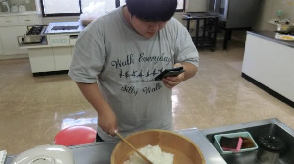 スマホを見ながら酢飯を作る、21世紀の酢飯の作り方。