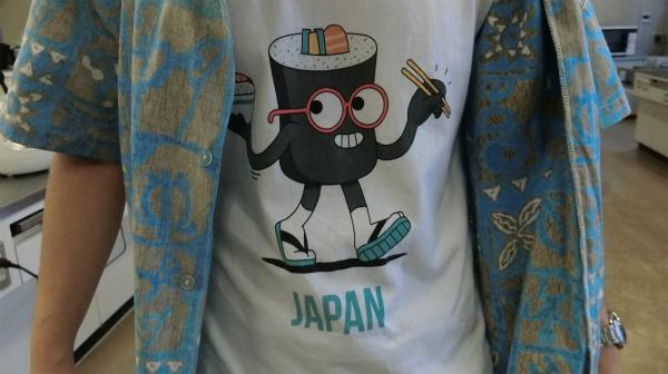能登さんのTシャツを見たらアメリカのマンガキャラのような寿司がいた。今日の企画に対するやる気を感じる。