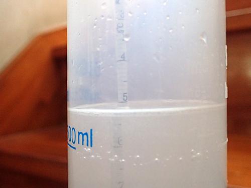 ボーメ計で5ボーメに合わせる。水500グラムに対して粉末かんすい20グラム程。カリウムが多い場合は少し多めに入れると合うみたい。