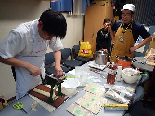 なるべく同じ条件となるように、折り返す回数や厚さを揃えて麺を用意する。
