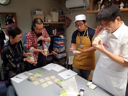 生麺の匂いをチェックする参加者。別に変態でもヤンキーでもない。