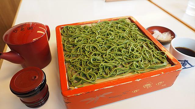 頼んだのは「茶そば」970円。この濃い緑色は上質の抹茶だそうだ。