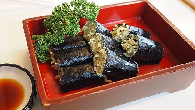 こちらはクロレラ入りの普通の緑蕎麦。ただし「寿司」である。700円。